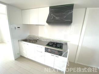 新品のシステムキッチンです♪白色を基調とした洗練されたキッチンです!!お料理するのも楽しくなりそうです(^^)