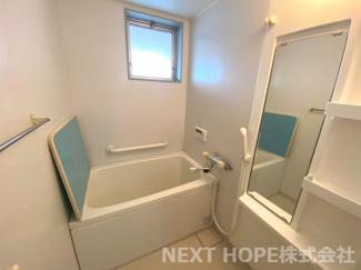 浴室です♪一日の疲れを癒してくれます!!窓も有り、カビ対策も出来ますね(^^)
