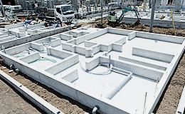 より丈夫な基礎を築く為、建物の荷重を地盤へ伝える「ベタ基礎」工法を採用しています。 上部構造に等しい床面積を持つ基礎スラブで施工します。