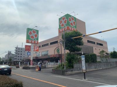 広いスーパーが近くにあります。