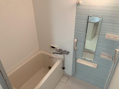 日々の疲れを癒すお風呂付です。ブルーの壁がかわいい浴室です。