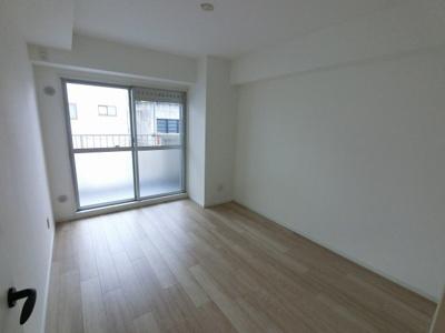 6.0帖の洋室は主寝室にいかがでしょうか。 バルコニーに面しており換気もできます♪