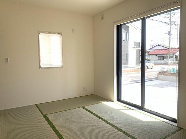 【同仕様施工例】6帖 アイロンがけや洗濯物の片付けなど、家事のスペースとしても使いやすいですね。