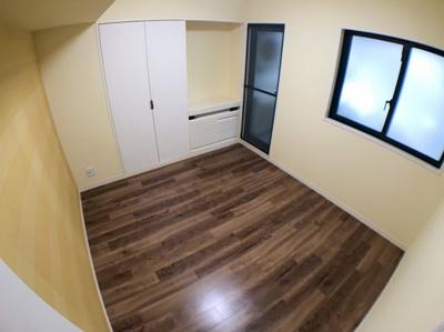 北西側の洋室です♪約6.2帖とバルコニー付きのお部屋になっております♪ 北側の窓の外は吹抜けの為圧迫感はございません♪バルコニー付きですので室外機付きエアコンでも設置可能です♪