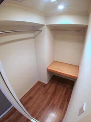 主寝室のウォークインクローゼットです♪ 棚が1か所ございますので床に置きたくない物を置くことが出来ますね♪
