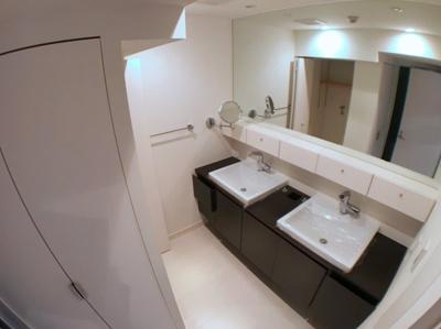 洗面台が2つございますので朝の忙しい時間も気にせず使う事が出来ます♪ 洗面下には収納スペースもございます♪