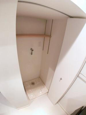 室内洗濯機置場です♪ 上部に棚がございますので洗剤などを置いておく事が出来ます♪