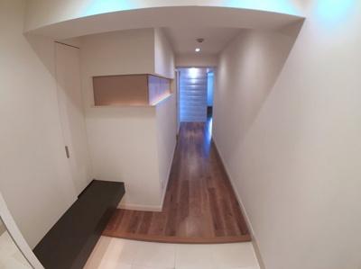 玄関からLDKまでの廊下になります♪ 左手の壁の間接照明がオシャレでオススメですよ♪