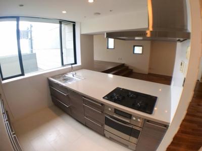 料理スペースがかなり広くとれますのでストレスがかかりません♪ ビルトインオーブン・食洗機付きのシステムキッチンが新調済みです♪