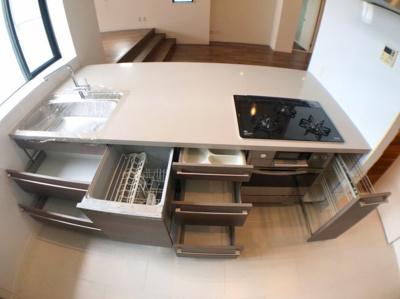 食器洗浄乾燥機付きですので食後も手間いらずです♪ 収納も多く、キッチン用品が増えても収納スペースには困りませんね♪