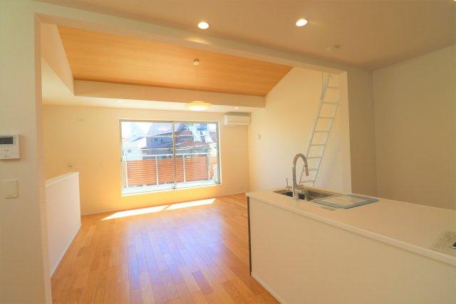 約19帖のリビング 床暖房完備で南向きの大きな窓があるので冬でも暖か