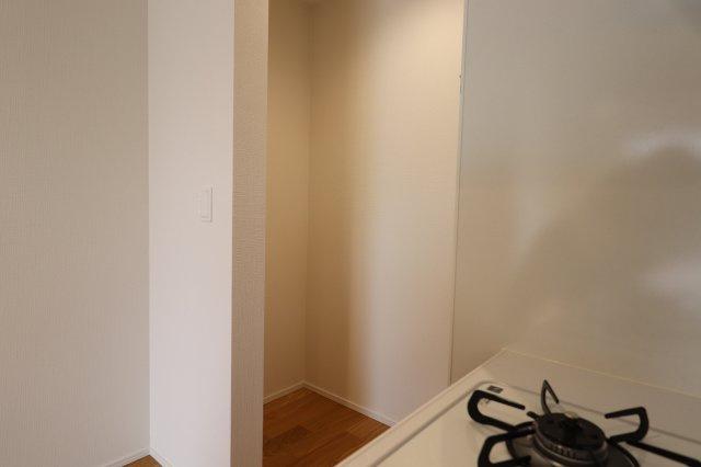 キッチン横のパントリースペース 保存の効くものをすっきりと収納できます