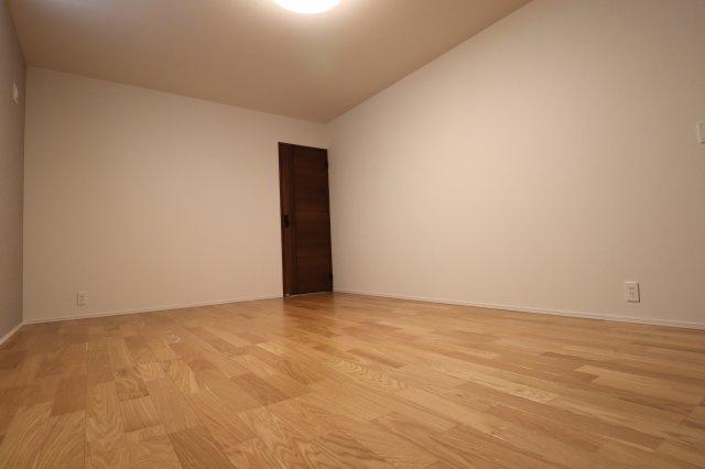 1階主寝室10帖もある為かなり広いです 奥の扉の先には…