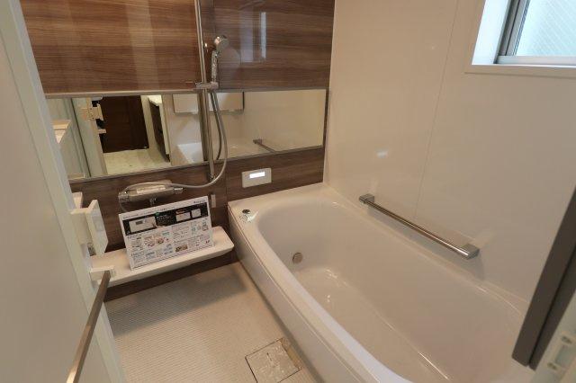 1坪タイプの広々とした浴室