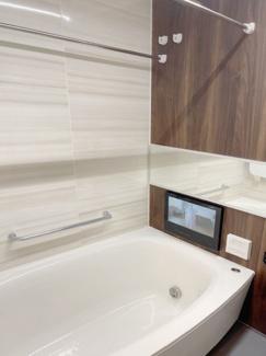 16インチ大型モニターの浴室テレビ・ミストカワック・マイクロ温浴・エステケアシャワー付きの多機能な浴室