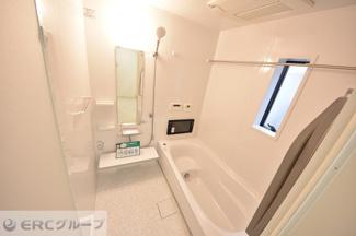 浴室テレビ付きの広々浴槽で一日の疲れをリフレッシュ