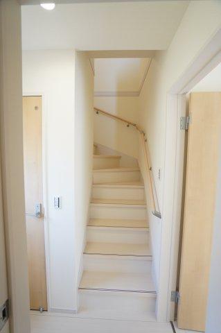 【同仕様施工例】リビングスルー階段です。家族の様子が自然と感じ取れるのでいいですね。