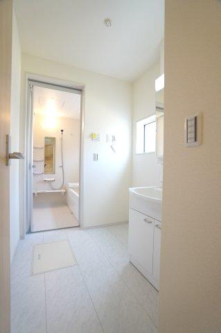【同仕様施工例】清潔感のある洗面室です。シャワーヘッド付きなので朝シャンもできます。