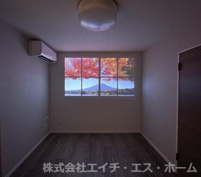洋室2、シーリングライト一体型プロジェクター使用風景