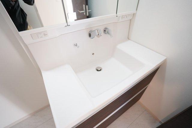 【同仕様施工例】広々した洗面ボウルは朝シャンもできます。