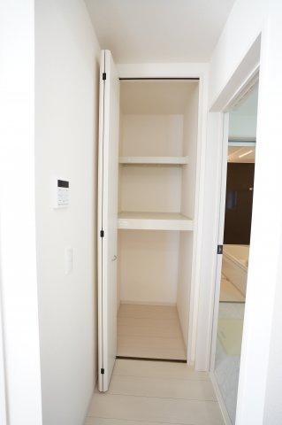 【同仕様施工例】1階階段ホール 掃除用具や買い置きした日用品を収納するのに便利です。