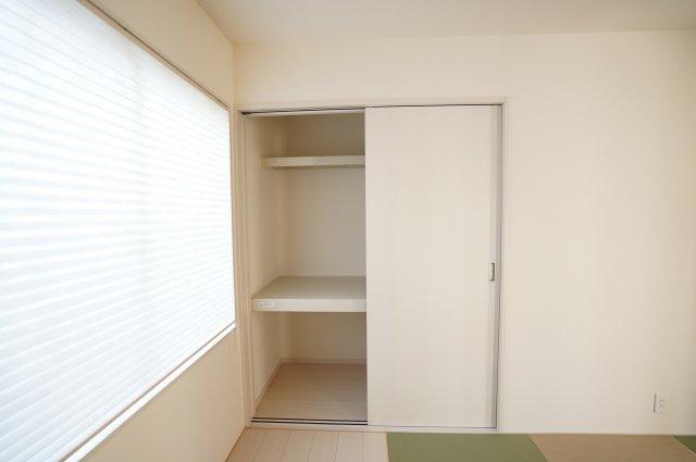 【同仕様施工例】お布団や季節物の家電等たっぷり収納できます。