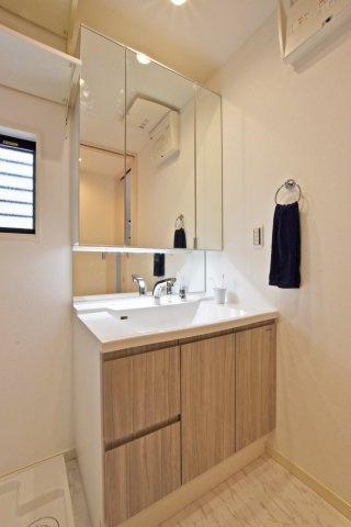 -同社施工例- 洗面台はシャワー付き洗面器です。3面鏡で身だしなみも整えやすいですね。