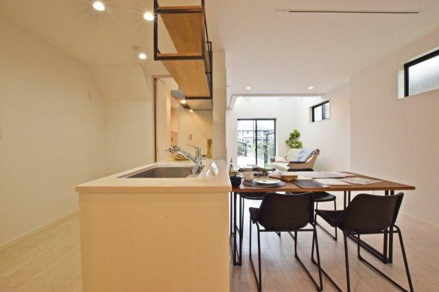 -同社施工例- 陽光溢れる明るいLDKは家族のコミュニケーションが自然に増える空間です。