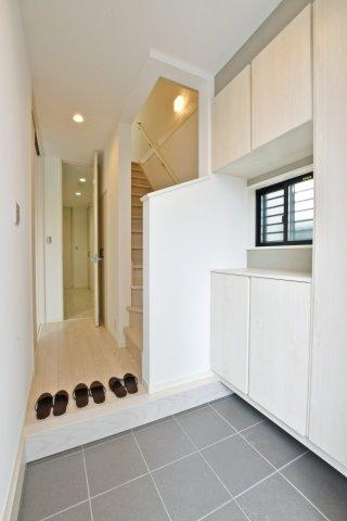 -同社施工例- 玄関に収納があれば散らかり気味の玄関もすっきりとした空間に。 来訪時も広々とお使いいただけます。
