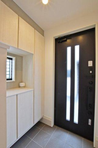 -同社施工例- 上部まで収納があれば散らかり気味の玄関もすっきりとした空間に。 来訪時も広々とお使いいただけます。