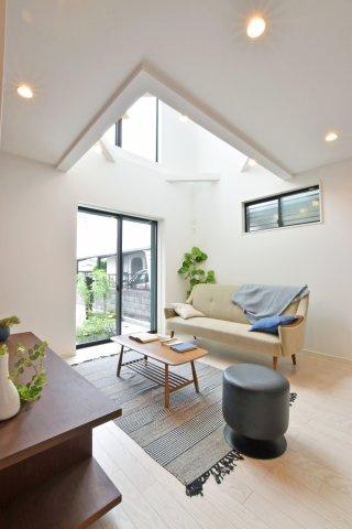 -同社施工例- 一家団欒のリビングスペースに吹抜けを設けることで、充実した太陽光を生活空間に取り込みます。2階リビングの物件は天井高を高くして高窓を設けることで採光をしっかり担保していきます。