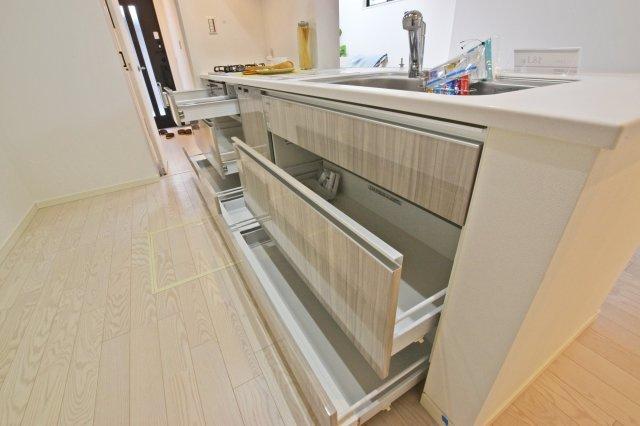 -同社施工例- キッチンの調理台下いっぱいの収納でスッキリ片付きます。