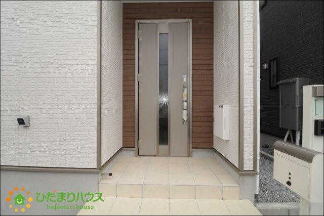 玄関ドア回りは木目調の外壁でアクセントを。。