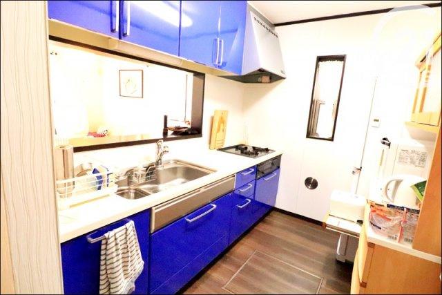 青のアクセントカラーがお洒落なキッチン