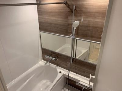 ダークウォルナット調の落ち着いた浴室です。