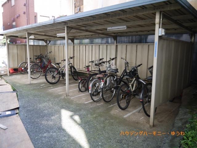敷地内には、嬉しい屋根付き駐輪場有り。