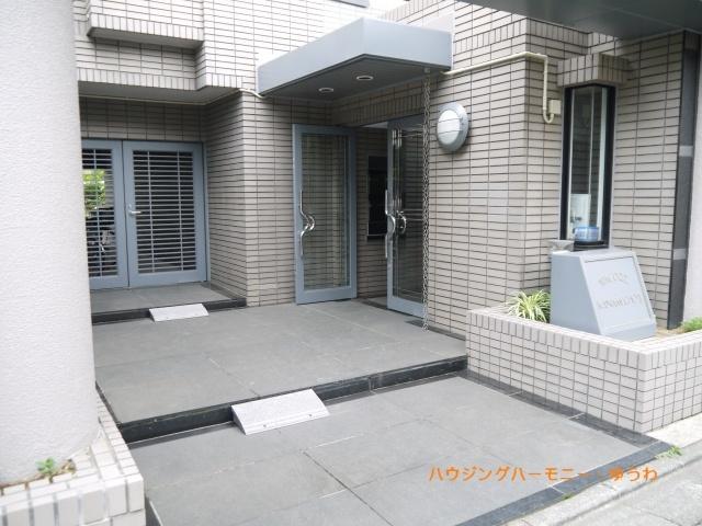 正面玄関入口、高級感のある造りとなっています。