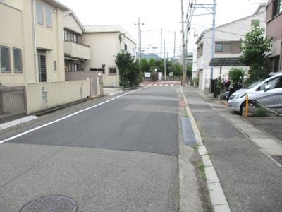 前面道路は一方通行なので、交通量も少なく、静かな環境です。