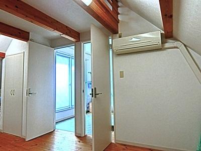2階10帖の洋室ドアが2つついていますので将来仕切ることが可能です。