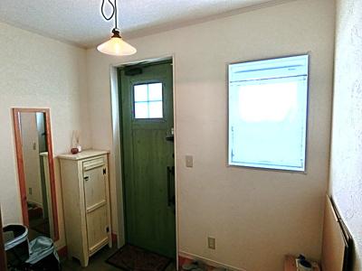 玄関ドアは自然素材を使用してあります。