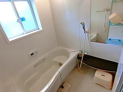 1坪タイプの浴室。足を伸ばして入浴していただくことができます。
