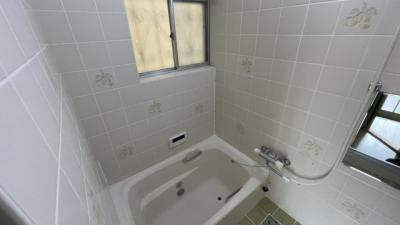 浴室は窓付きです♪