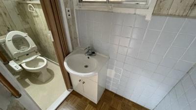 洗面横にトイレがあります。