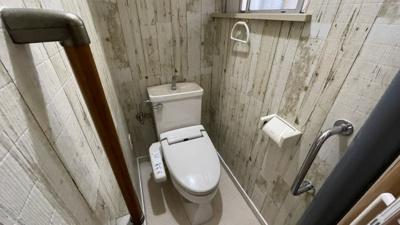 トイレはレトロな壁紙です。