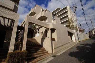 「三ツ沢上町」駅より徒歩8分のマンションです。