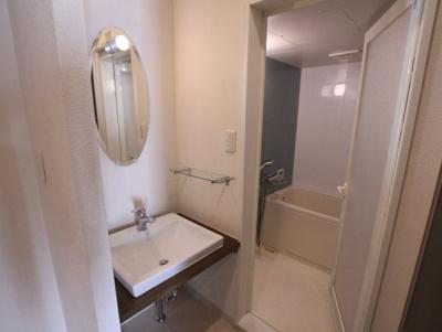 シンプルな洗面所は脱衣場も兼ねています。