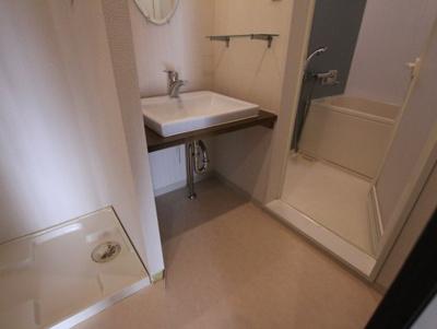 独立した洗面所には洗濯機置場もあり、脱衣場も広めです。