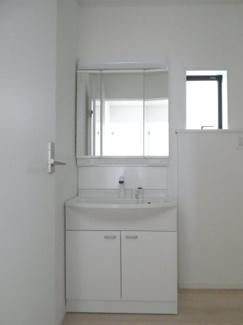 シャワー独立洗面台あり、毎朝おしゃれに忙しい女性の方におすすめです