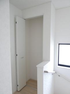 2階ホールには便利な収納スペースがあります