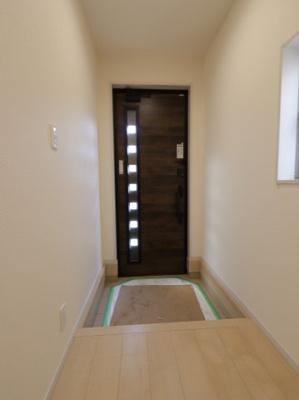 玄関です:建物完成しました♪♪毎週末オープンハウス開催♪吉川新築ナビで検索♪